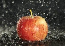 Det röda äpplet regnar in Arkivbild