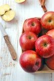 Det röda äpplet på trä bordlägger arkivbilder