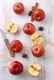Det röda äpplet på trä bordlägger arkivbild