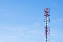 Det röda antenntornet med bakgrund för blå himmel royaltyfria bilder