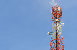 Det röda antenntornet med klar himmelbakgrund Fotografering för Bildbyråer