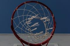 Det röda basketbeslaget Beskåda underifrån royaltyfria bilder
