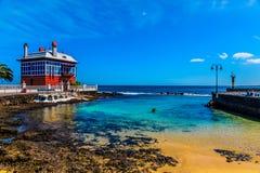 Det röda huset i stranden royaltyfri fotografi