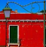 Det röda huset och lampan Royaltyfria Bilder