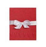 Det röda kortet med präglade hjärtor och vit bugar på vit bakgrund Royaltyfri Bild