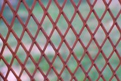 Det röda metalliska ingreppsrastret förtjänar Royaltyfri Bild