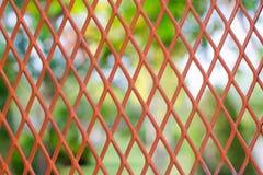 Det röda metalliska ingreppsrastret förtjänar Arkivbilder