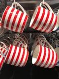 Det röda och vita bandet rånar att hänga på skärm i livsmedelsbutik Arkivbild