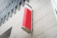 Det röda och vita teckenbrädet för annonserar i en ren vit hög bui arkivfoton