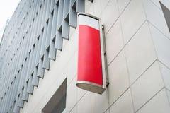 Det röda och vita teckenbrädet för annonserar i en ren vit hög bui royaltyfria foton
