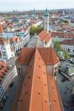 Det röda taket av Peterskirchen från dess torn med stadscen royaltyfri fotografi