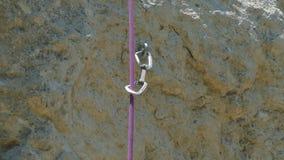 Det rörande klättringrepet vaggar på stock video