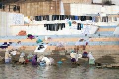 Det redaktörs- fotofolket tvättade och torkade linne på stranden Varanasi, November 2009 Arkivbilder