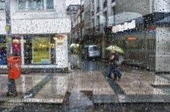 Det regnar utanför arkivfoto
