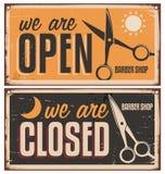 Det Retro dörrtecknet för barberare shoppar Arkivfoto