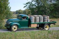 Det Retro mintkaramellvillkoret antika Chevy Chevrolet väljer upp lastbilen från 1946 royaltyfri bild