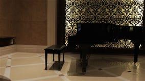 Det retro svarta pianot lager videofilmer