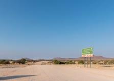 Det riktningstecknet och avståndet undertecknar på C40en-road Arkivbild