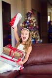 Det roliga lyckliga barnet firar jul och nytt år med gåva Royaltyfri Fotografi