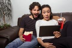 Det roliga paret dämpas med video Dem som så så sitter på Royaltyfri Bild
