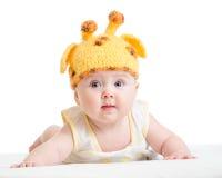 Det roliga spädbarnet behandla som ett barn isolerat på vit Royaltyfria Bilder