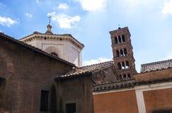 Det romanska tornet av kyrkan av Santa Maria Cosmodin i Rome Italien Fotografering för Bildbyråer