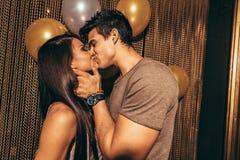 Det romantiska barnet kopplar ihop att kyssa i nattklubben royaltyfri bild