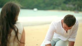 Det romantiska barnet kopplar ihop attraktionhjärtaformer i sanden på stranden stock video