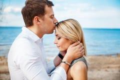 Det romantiska barnet kopplar ihop det stående huvudet - - head på stranden Royaltyfri Fotografi