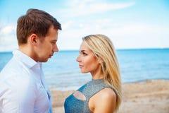 Det romantiska barnet kopplar ihop det stående huvudet - - head på stranden Royaltyfri Bild