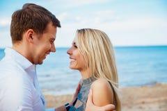 Det romantiska barnet kopplar ihop det stående huvudet - - head på stranden Arkivfoto