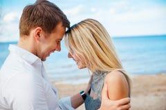 Det romantiska barnet kopplar ihop det stående huvudet - - head på stranden Arkivfoton