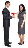 Det romantiska paret med gåvaasken, den iklädda svarta dräkten för folk, man ger gåvan till kvinnan som isoleras på vit bakgrund Arkivfoto