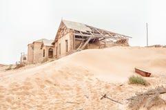 Det rostiga badkaret och fördärvar på en dyn på Kolmanskop arkivbilder