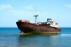 Det rostiga fartyget strandade på kusten i Lanzarote Royaltyfri Bild