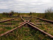 Det rostiga spåret och punkter av den avlägsna avlagda Rowtoren uppsätta som mål järnvägen, Dartmoor Royaltyfria Bilder