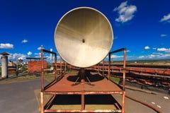 Det rostiga telekommunikationtornet med det gamla satellit- systemet består av den gamla antennen för den satellit- maträtten lok royaltyfria foton
