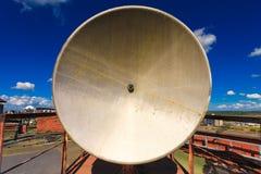 Det rostiga telekommunikationtornet med det gamla satellit- systemet består av den gamla antennen för den satellit- maträtten lok arkivfoton