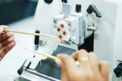 Det roterande Microtomeavsnittet för diagnos i patologi gör microsc royaltyfria bilder