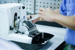 Det roterande Microtomeavsnittet för diagnos i patologi gör microsc royaltyfri bild
