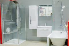 Det rymliga badrummet i gråa signaler med fristående badar, gå-i dusch, fåfänga för dubbel vask royaltyfri bild
