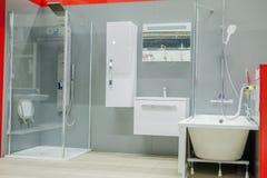 Det rymliga badrummet i gr?a signaler med frist?ende badar, g?-i dusch, f?f?nga f?r dubbel vask arkivbilder
