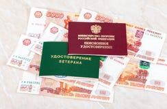 Det ryska den pensioncertifikatet och veteran tilldelar intyg att ligga över b Arkivfoto
