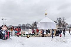 Det ryska folket doppas in i ett ishål på dagen av epiphanyen, St Petersburg Fotografering för Bildbyråer