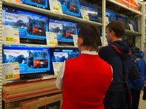 Det ryska folket håller ögonen på nyheterna från Ukraina Royaltyfria Foton