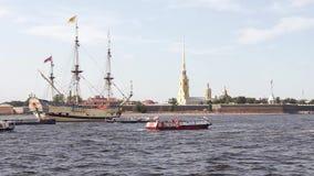 Det ryska forntida militära stridseglingskeppet på ett festligt ståtar i St Petersburg i Neva River och de turist- fartygen stock video