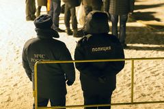 det ryska nödlägedepartementet och polisen vid natt följde beställningen, ledare Royaltyfria Bilder