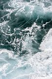 Det rytande atlantiska havet med vågen virvlar runt från över i madeiran Funchal, Portugal royaltyfria bilder