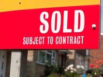 Det sålda huset undertecknar upp tätt fotografering för bildbyråer