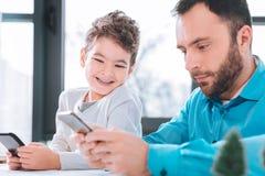 Det söta barnet som ser hans farsor, ringer royaltyfria foton